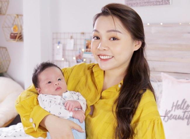 """Hot mom Trinh Phạm chỉ ra 5 kiểu người đi thăm bà đẻ kém duyên, là những gì mà hội bỉm sữa rần rần nói: """"Chuẩn""""? - Ảnh 1."""