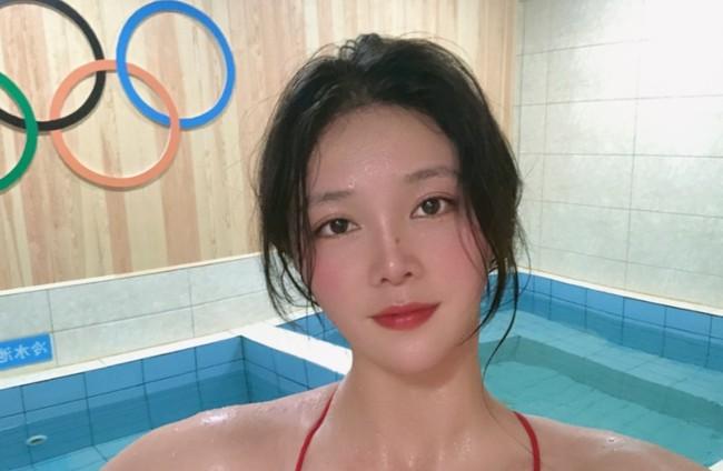 Đội trưởng đội tuyển bóng nước nữ Trung Quốc gây bão MXH vì ngoại hình nổi bật, nhan sắc được so sánh cùng Trương Bá Chi - Ảnh 2.