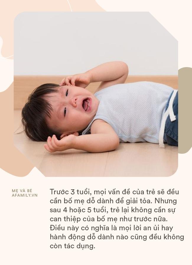 Thấy con khóc, bố mẹ nóng lòng dỗ nhưng nhận về phản ứng ngược: Hóa ra sau 3 tuổi bố mẹ không nên làm điều này với con - Ảnh 1.