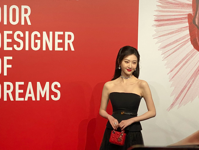 """Thảm đỏ nóng nhất Cbiz tối nay: Triệu Lệ Dĩnh đẹp lấn lướt """"đệ nhất mỹ nhân Bắc Kinh"""" Cảnh Điềm - Ảnh 8."""