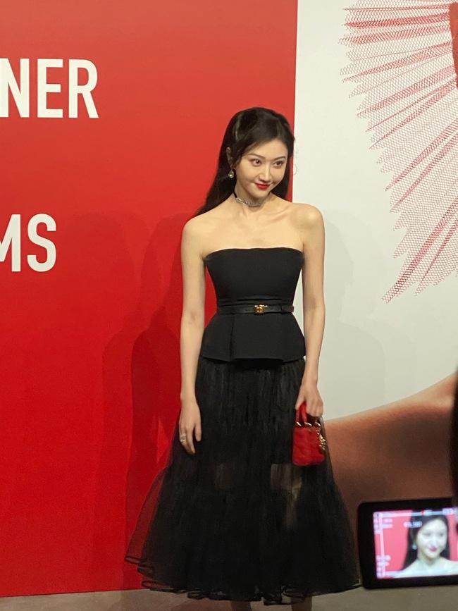 """Thảm đỏ nóng nhất Cbiz tối nay: Triệu Lệ Dĩnh đẹp lấn lướt """"đệ nhất mỹ nhân Bắc Kinh"""" Cảnh Điềm - Ảnh 9."""