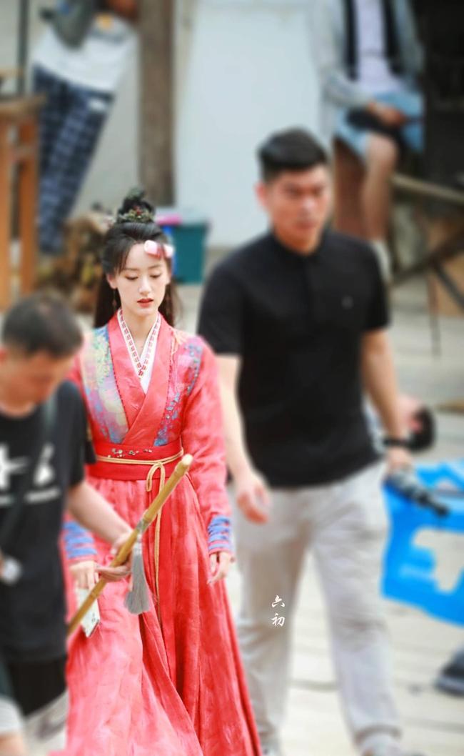 Lộ tạo hình áo đỏ cực phẩm của Viên Băng Nghiên, fan truyền tay nhau ảnh chụp vội đẹp mê mẩn  - Ảnh 6.