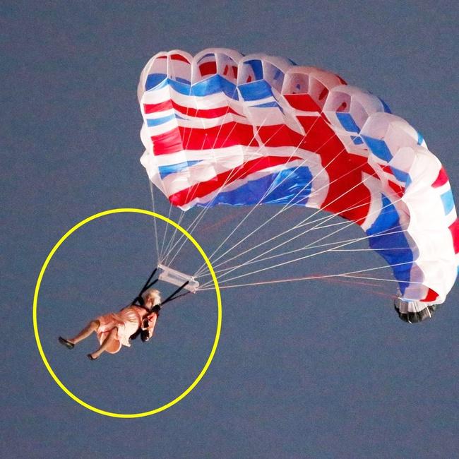 """Màn nhảy dù cực chất của Nữ hoàng Anh tại Lễ khai mạc Olympic 2012 bỗng """"gây sốt"""" trở lại và sự thật ít ai biết đằng sau - Ảnh 4."""