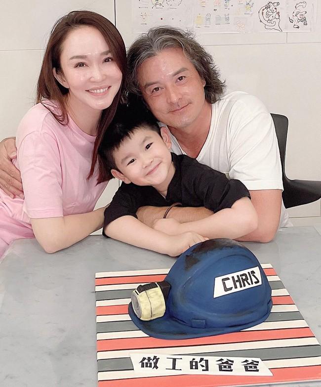 Chung khung hình với bà xã, ông xã Phạm Văn Phương tiếp tục gây thất vọng vì ngoài hình già nua - Ảnh 2.