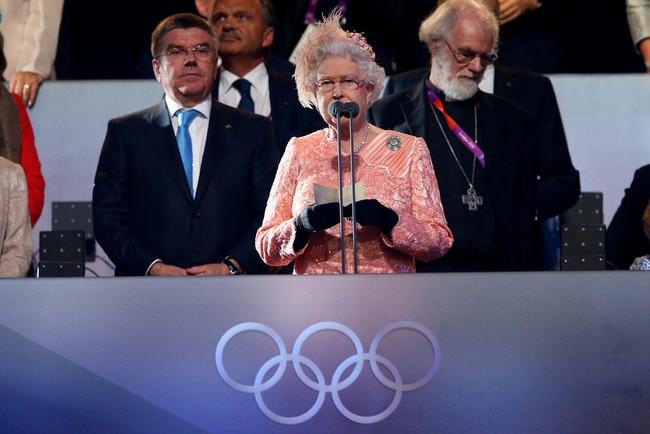 """Màn nhảy dù cực chất của Nữ hoàng Anh tại Lễ khai mạc Olympic 2012 bỗng """"gây sốt"""" trở lại và sự thật ít ai biết đằng sau - Ảnh 5."""