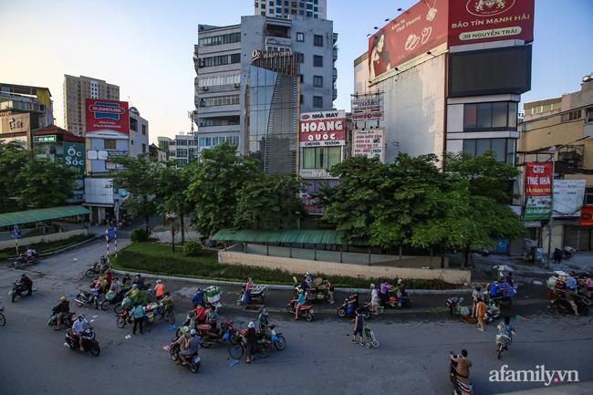 Buổi sáng đầu tiên cách ly toàn xã hội, đường phố Hà Nội vắng vẻ, người dân chỉ tập trung đông tại một số khu chợ để mua đồ ăn uống, sinh hoạt cho những ngày sắp tới - Ảnh 10.