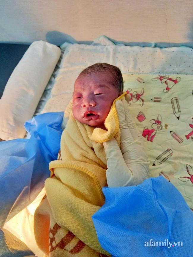 Chạy ECMO cứu sản phụ 22 tuổi nhiễm COVID-19 nguy kịch khi vừa sinh con gái - Ảnh 3.
