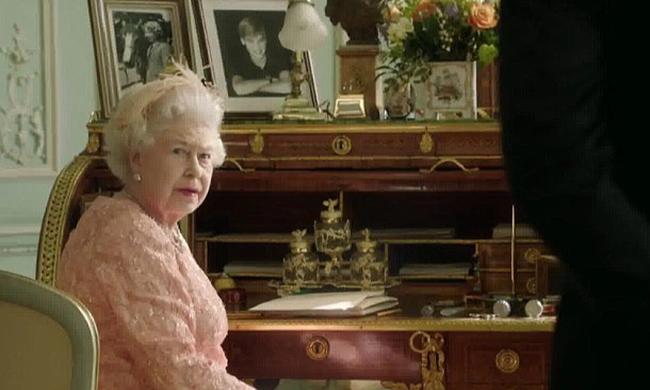 """Màn nhảy dù cực chất của Nữ hoàng Anh tại Lễ khai mạc Olympic 2012 bỗng """"gây sốt"""" trở lại và sự thật ít ai biết đằng sau - Ảnh 2."""