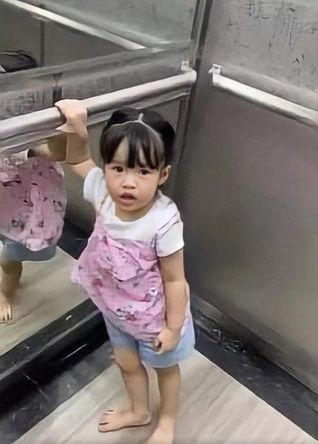 Con gái xinh như búp bê của Hoa hậu Đặng Thu Thảo: Nhìn chùm ảnh này, đố ai dám bảo cô nhóc là tiểu thư được cưng chiều - Ảnh 2.