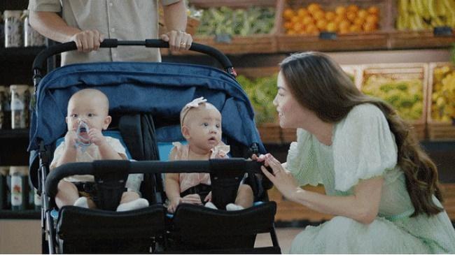 Leon và Lisa nhà Hà Hồ dùng xe đẩy đôi giá bình dân đi quay quảng cáo, còn ngoài đời dùng chiếc xe khác đắt hơn gần 5 lần - Ảnh 1.