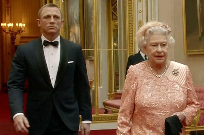 """Màn nhảy dù cực chất của Nữ hoàng Anh tại Lễ khai mạc Olympic 2012 bỗng """"gây sốt"""" trở lại và sự thật ít ai biết đằng sau - Ảnh 3."""