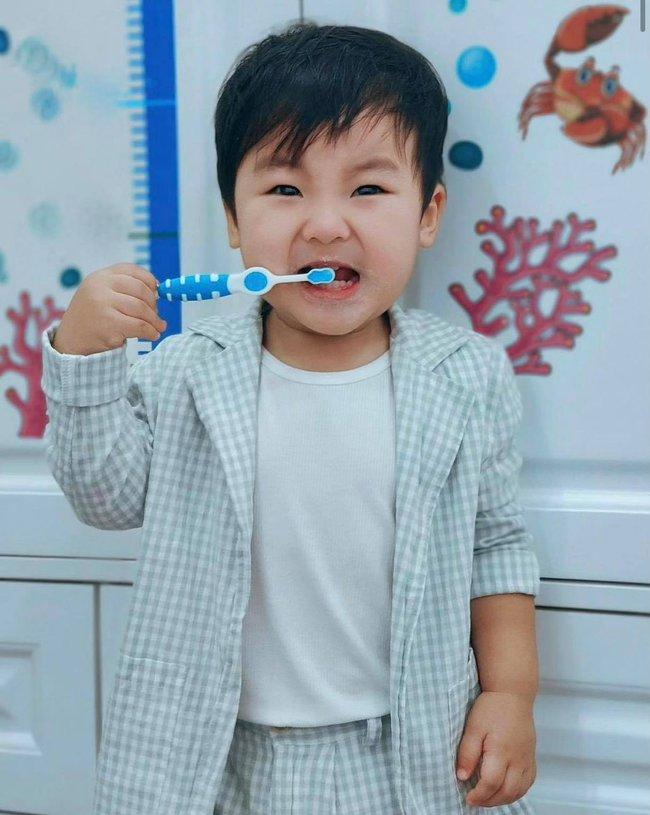 """Nghỉ dịch ở nhà, Hoà Minzy lên đồ cho con trai như """"tổng tài"""" nhưng chỉ để đi làm một việc khiến dân mạng cười đau ruộ - Ảnh 3."""