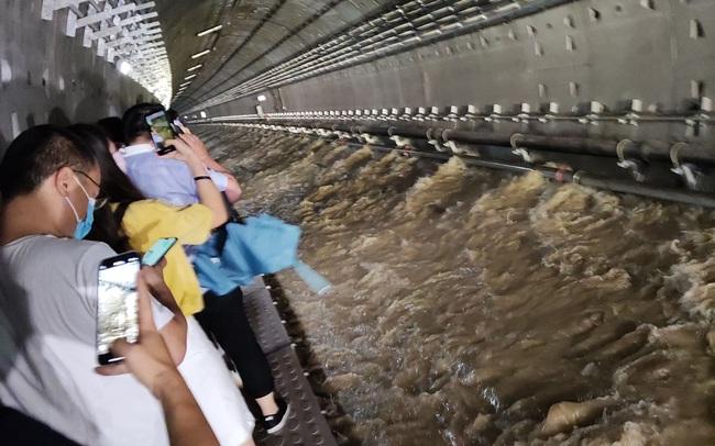 """""""Khi nào đến trạm an toàn, chị sẽ báo bình an"""": Tin nhắn cuối của cô gái gửi em trai và khép lại cuộc đời sau trận mưa lớn thảm khốc  - Ảnh 1."""