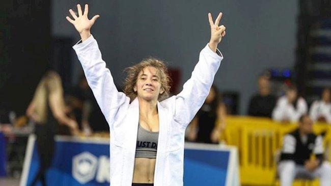 """Dân mạng xôn xao với hình ảnh nữ võ sĩ bị đối thủ thẳng tay lột đồ lộ vòng 1 """"khủng"""" trên sàn đấu Olympic Tokyo 2020, sự thật ra sao? - Ảnh 5."""