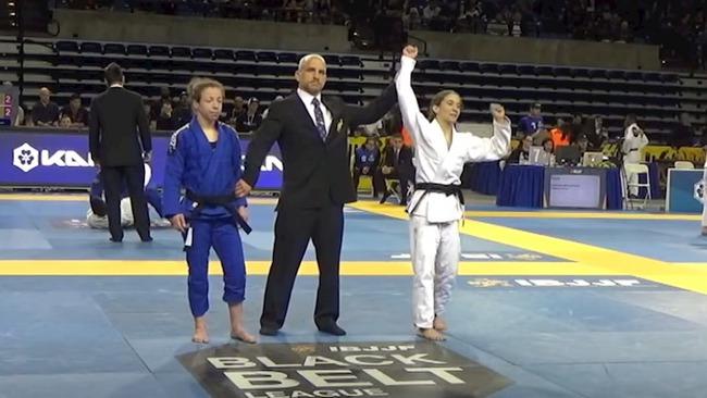 """Dân mạng xôn xao với hình ảnh nữ võ sĩ bị đối thủ thẳng tay lột đồ lộ vòng 1 """"khủng"""" trên sàn đấu Olympic Tokyo 2020, sự thật ra sao? - Ảnh 6."""