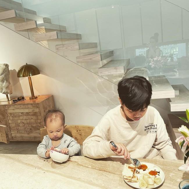 """Subeo và em gái Lisa ngồi ăn cùng nhau cực đáng yêu, riêng Leon lại """"tấu hài"""" theo cách này - Ảnh 2."""