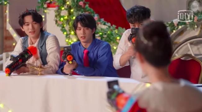 """Dương Tử giật mình vì bị súng nước bắn, Hoàng Tử Thao nhìn thấy còn mắng """"ngốc quá"""" khiến netizen dậy sóng - Ảnh 7."""