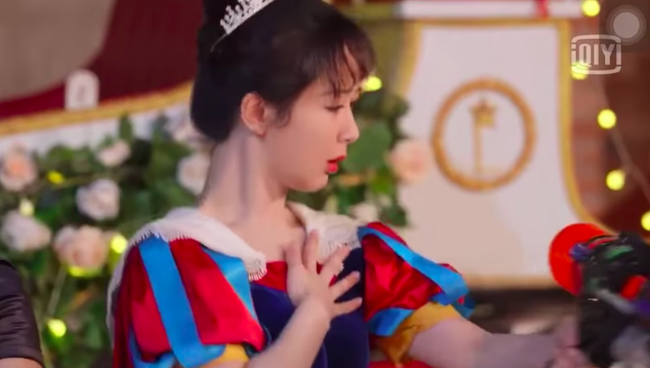 """Dương Tử giật mình vì bị súng nước bắn, Hoàng Tử Thao nhìn thấy còn mắng """"ngốc quá"""" khiến netizen dậy sóng - Ảnh 4."""