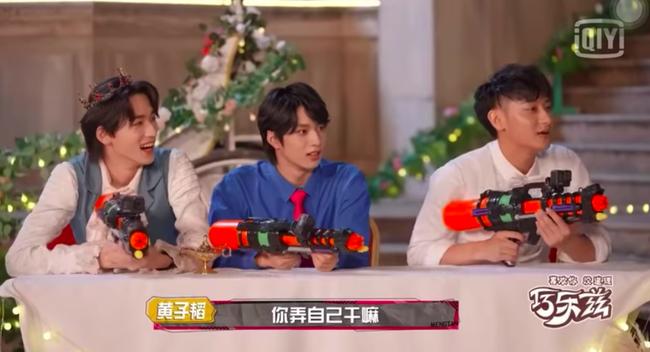 """Dương Tử giật mình vì bị súng nước bắn, Hoàng Tử Thao nhìn thấy còn mắng """"ngốc quá"""" khiến netizen dậy sóng - Ảnh 3."""
