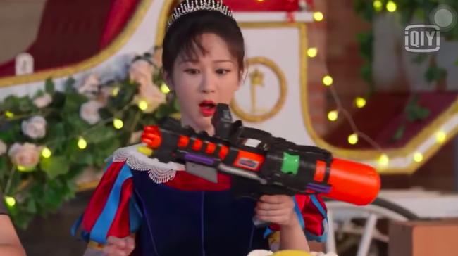 """Dương Tử giật mình vì bị súng nước bắn, Hoàng Tử Thao nhìn thấy còn mắng """"ngốc quá"""" khiến netizen dậy sóng - Ảnh 2."""