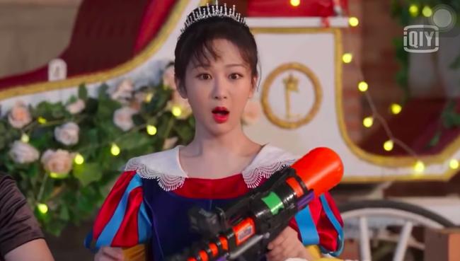 """Dương Tử giật mình vì bị súng nước bắn, Hoàng Tử Thao nhìn thấy còn mắng """"ngốc quá"""" khiến netizen dậy sóng - Ảnh 1."""