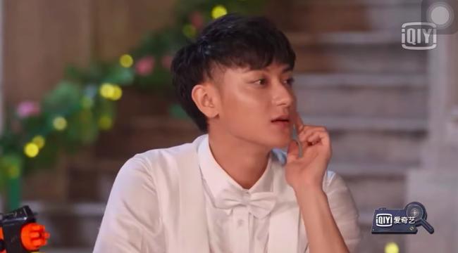 """Dương Tử giật mình vì bị súng nước bắn, Hoàng Tử Thao nhìn thấy còn mắng """"ngốc quá"""" khiến netizen dậy sóng - Ảnh 8."""