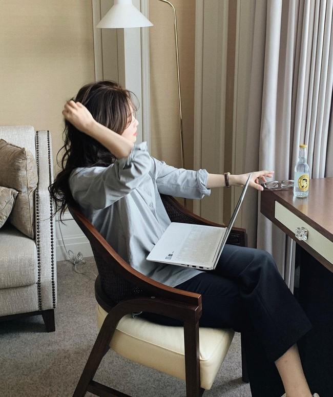Ở nhà giãn cách: Da sẽ rất nhanh già nếu bạn làm việc với máy tính cả ngày mà không thực hiện những điều sau - Ảnh 3.