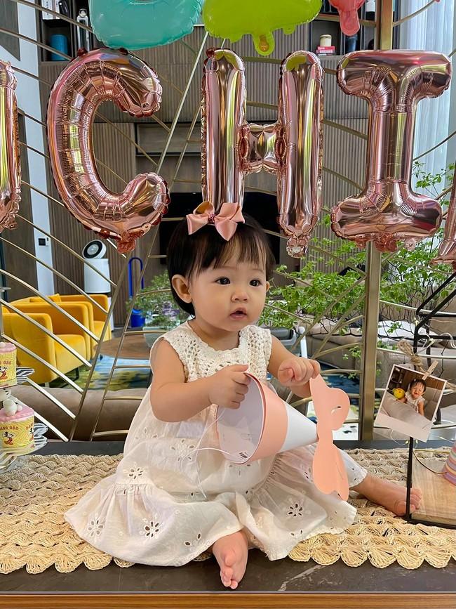 Con gái Cường Đô La và Đàm Thu Trang xinh xắn trong tiệc sinh nhật 1 tuổi, lần đầu hé lộ tên thật của bé - Ảnh 2.