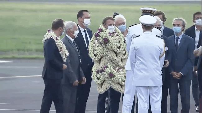"""Khoảnh khắc """"hot"""" nhất hôm nay: Tổng thống Pháp bất đắc dĩ thành cây hoa di động, nét mặt ông mới là điểm chú ý - Ảnh 4."""