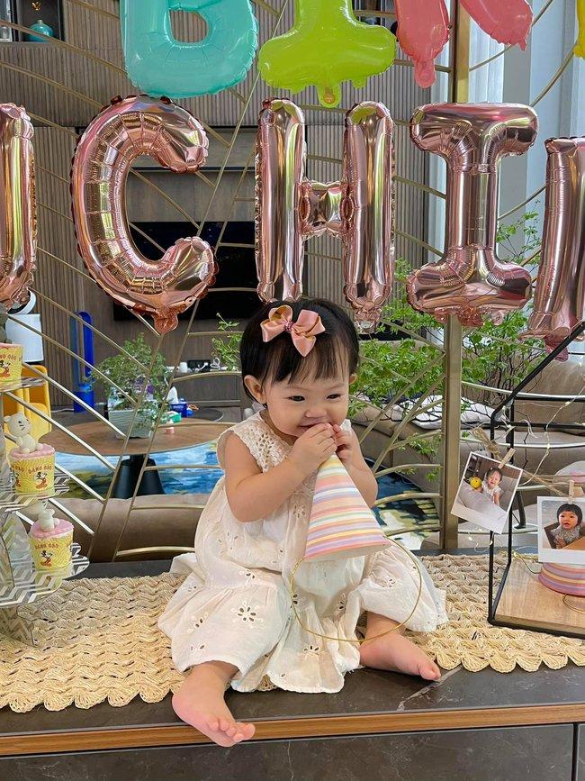 Con gái Cường Đô La và Đàm Thu Trang xinh xắn trong tiệc sinh nhật 1 tuổi, lần đầu hé lộ tên thật của bé - Ảnh 3.