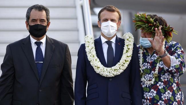 """Khoảnh khắc """"hot"""" nhất hôm nay: Tổng thống Pháp bất đắc dĩ thành cây hoa di động, nét mặt ông mới là điểm chú ý - Ảnh 2."""