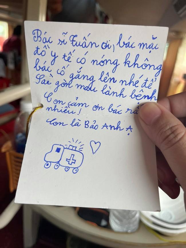 """Dòng chữ nhắn nhủ dễ thương của bé gái gửi đến bác sĩ tuyến đầu chống dịch: """"Bác cố gắng lên nhé để Sài Gòn mau lành bệnh"""" - Ảnh 1."""