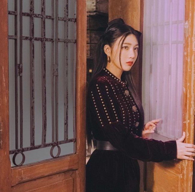 Red Velvet tái xuất với váy áo tiểu thư: Irene xinh như tiên, nhưng style của nhân vật này mới gây trầm trồ nhất - Ảnh 3.