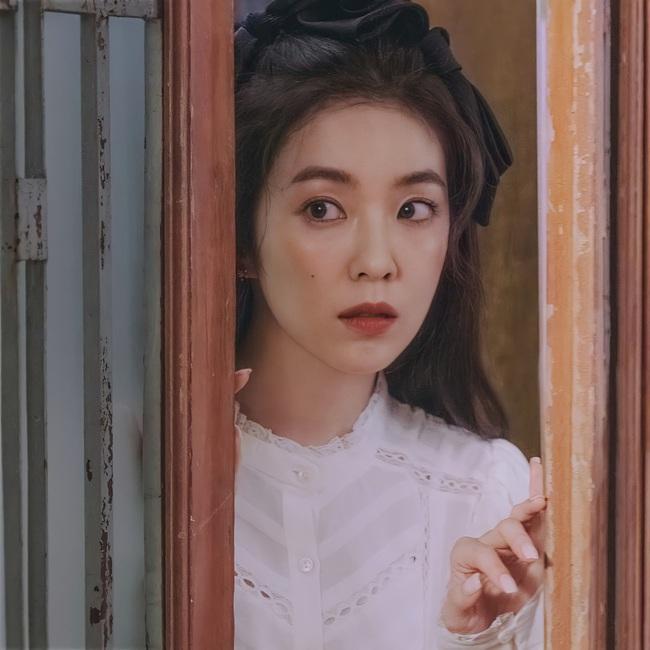 Red Velvet tái xuất với váy áo tiểu thư: Irene xinh như tiên, nhưng style của nhân vật này mới gây trầm trồ nhất - Ảnh 1.