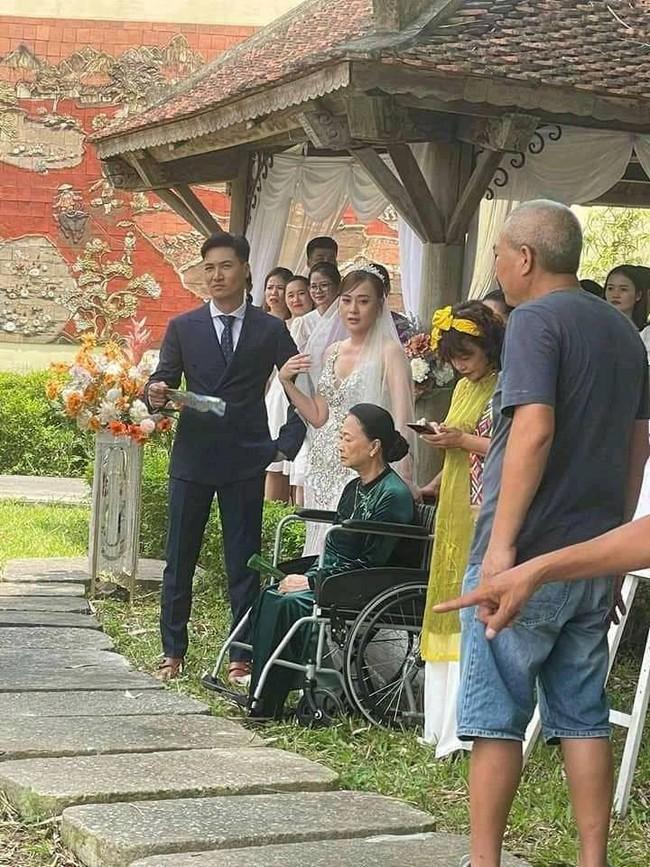 """Hương vị tình thân: Lộ thêm ảnh cưới """"không hề giả trân"""" của Long - Nam nhưng sao bà Dần lại thế này? - Ảnh 1."""