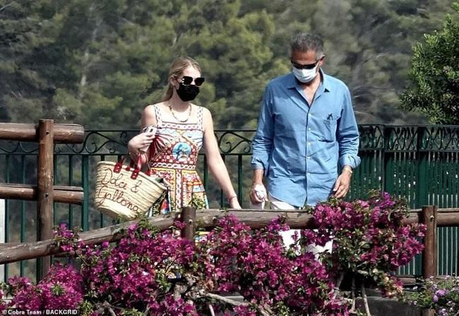 Cháu gái Công nương Diana xuất hiện sau đám cưới: Diện cả cây Dolce & Gabbana sóng đôi bên chồng hơn 32 tuổi - Ảnh 3.