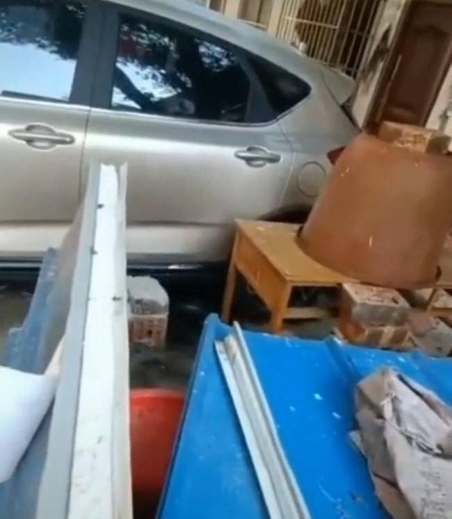 """Đậu xe trước cửa nhà người khác, người phụ nữ """"chết đứng"""" vì trò trả đũa của chủ nhà, khóc lóc cầu cứu nhưng cộng đồng mạng lại hả hê - Ảnh 3."""