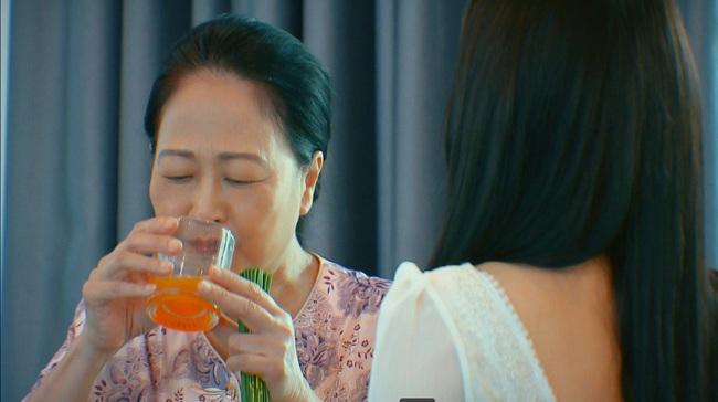 """Hương vị tình thân: Thiên Nga cho bà Dần uống thuốc ngủ, đưa bạn bè về nhà """"bay lắc"""", đúng lúc đó thì Nam tới? - Ảnh 3."""