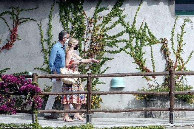 Cháu gái Công nương Diana xuất hiện sau đám cưới: Diện cả cây Dolce & Gabbana sóng đôi bên chồng hơn 32 tuổi - Ảnh 5.