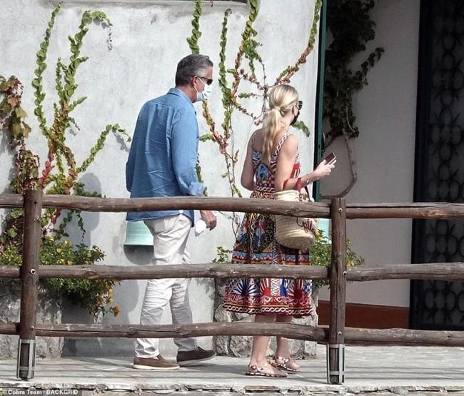 Cháu gái Công nương Diana xuất hiện sau đám cưới: Diện cả cây Dolce & Gabbana sóng đôi bên chồng hơn 32 tuổi - Ảnh 6.