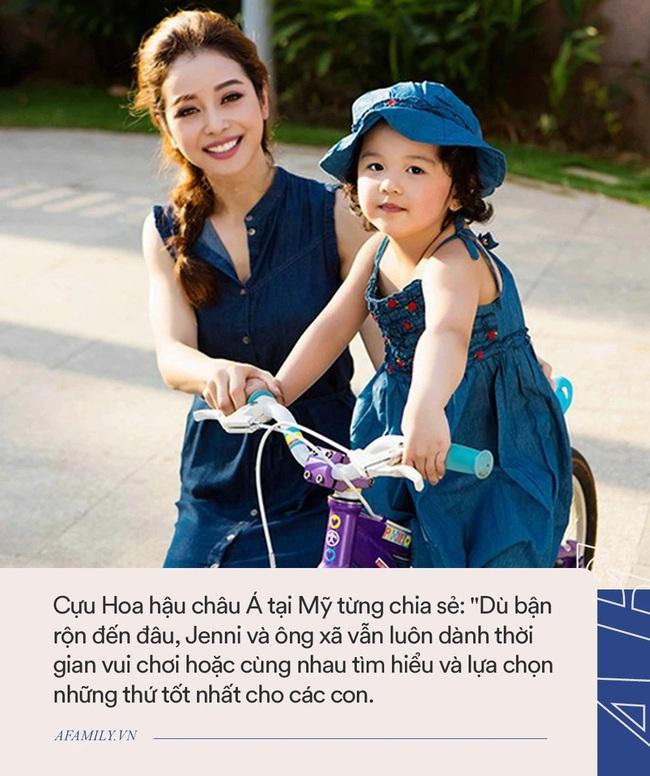 Con gái Jennifer Phạm càng lớn càng xinh như búp bê: Lúi húi làm 1 việc bên mẹ mà dân tình khen nức nở vì ngoan - Ảnh 5.