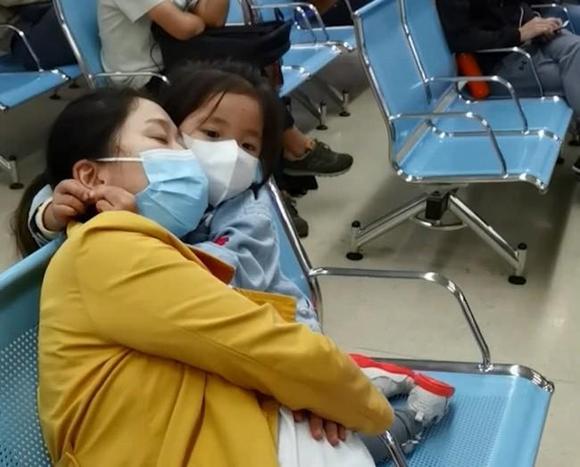 Mẹ đi khám thai thì ngủ gục, hành động của cô con gái 3 tuổi làm người xung quanh cảm thấy vừa ngỡ ngàng, vừa chạnh lòng - Ảnh 2.