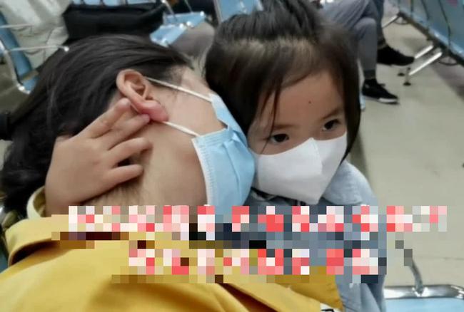 Mẹ đi khám thai thì ngủ gục, hành động của cô con gái 3 tuổi làm người xung quanh cảm thấy vừa ngỡ ngàng, vừa chạnh lòng - Ảnh 4.