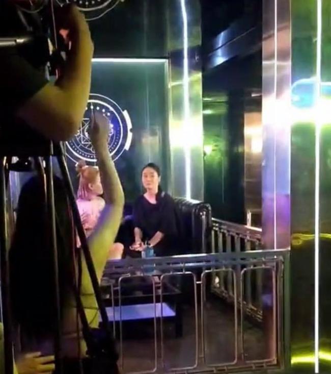 Hương vị tình thân: Lộ clip bà Xuân đi bar, phát hiện bộ mặt thật của Thiên Nga? - Ảnh 3.