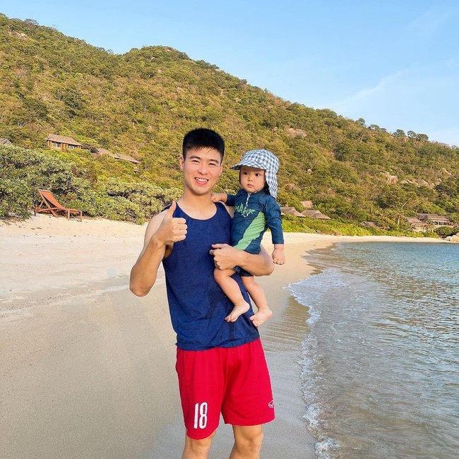 Cách ly trở về, cầu thủ Duy Mạnh đưa vợ con đi resort 5 sao nghỉ dưỡng, biểu cảm của bé Ú đặc biệt gây chú ý - Ảnh 4.