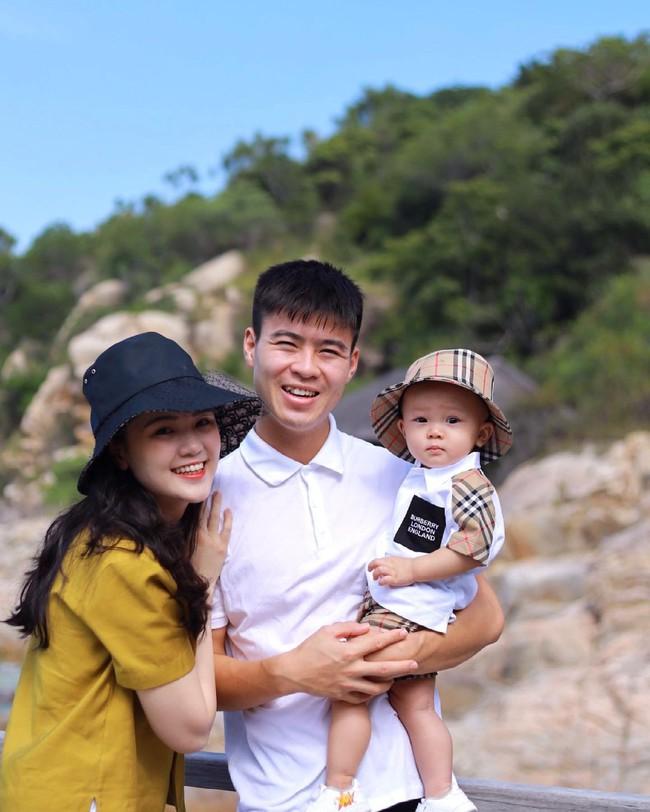 Cách ly trở về, cầu thủ Duy Mạnh đưa vợ con đi resort 5 sao nghỉ dưỡng, biểu cảm của bé Ú đặc biệt gây chú ý - Ảnh 1.