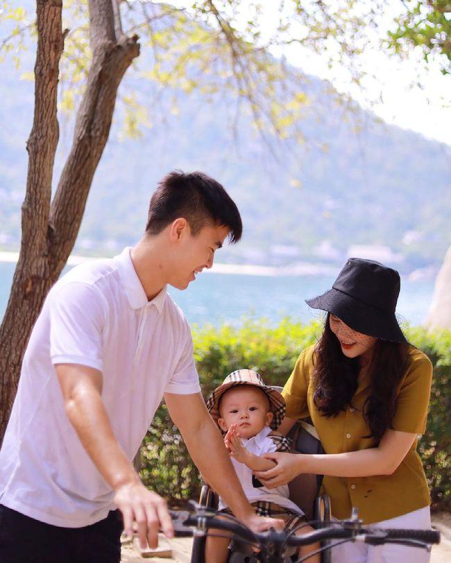 Cách ly trở về, cầu thủ Duy Mạnh đưa vợ con đi resort 5 sao nghỉ dưỡng, biểu cảm của bé Ú đặc biệt gây chú ý - Ảnh 2.
