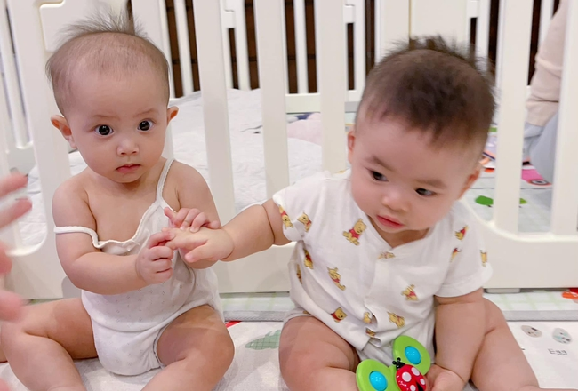 Vẻ ngại ngùng cực đáng yêu của Lisa nhà Hồ Ngọc Hà và con trai Dương Khắc Linh khi gặp nhau - Ảnh 2.