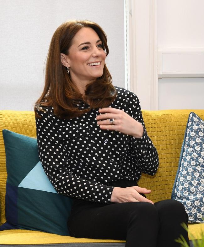 """Meghan Markle luôn chọn áo sơ mi thời thượng nhưng vì thói quen """"cẩu thả"""" này mà kém sang hơn Công nương Kate - Ảnh 4."""