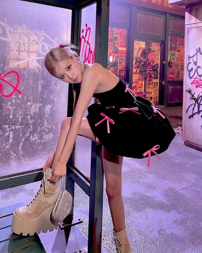 """Rosé (Black Pink) gày như """"bộ xương di động"""", nhìn xuống đôi giày mà hết hồn - Ảnh 4."""